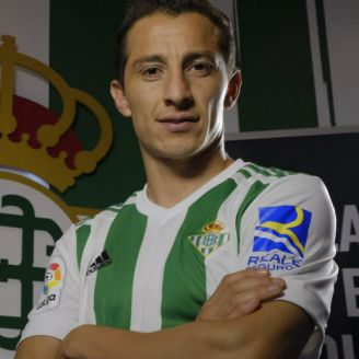 Andrés Guardado posa para la lente del Real Betis