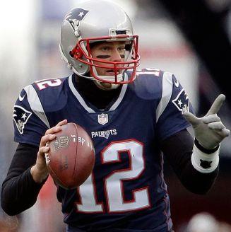 Tom Brady se alista para lanzar un pase