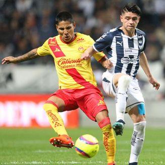 Jonathan González pelea por el balón contra Monarcas