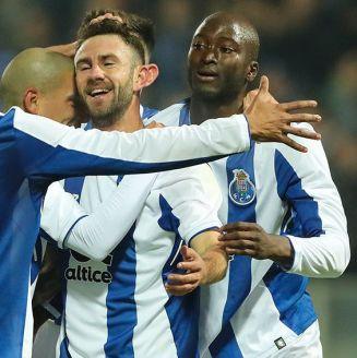 Miguel Layún festeja gol con compañeros