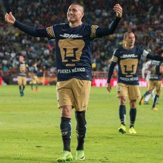Nicolás Castillo celebra uno de sus goles contra Tuzos