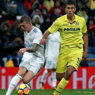 Toni Kroos pelea por el balón en el juego contra Villarreal