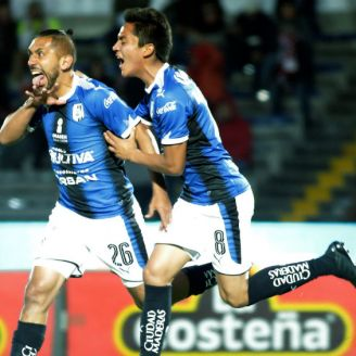 Erbin Trejo festeja gol frente a Lobos BUAP