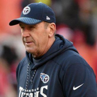 Mike Mularkey, observa un juego de Tennessee Titans