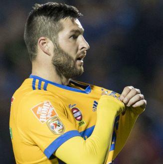 Gignac celebra gol contra Santos con la afición