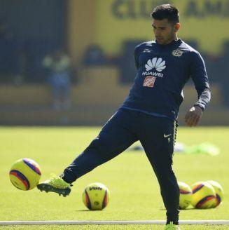Silvio Romero controla el balón en una práctica de América en Coapa
