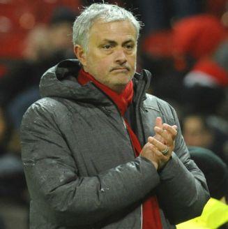 Mourinho aplaude después del partido contra Stoke City