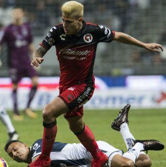 Iturbe conduce un balón en el partido contra Rayados