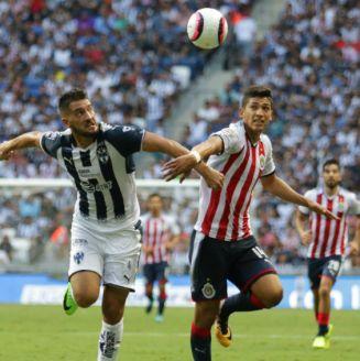 Nicolás Sánchez y Angel Zaldivar disputan el balón en el A2017