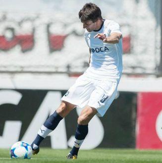 Lucas Albertengo saca un disparo en un partido con Independiente