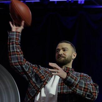 Justin Timberlake lanza un pase en su conferencia de prensa