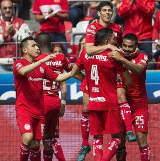 Diablos Rojos en festejo durante duelo contra Cruz Azul