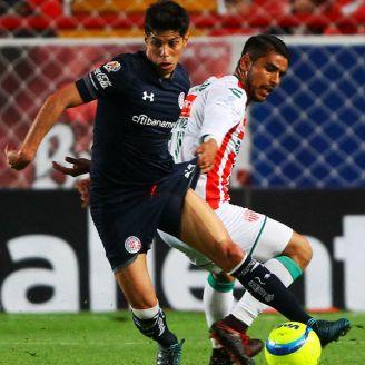 Pablo Barrientos y Miguel Ponce disputan el balón en el Victoria