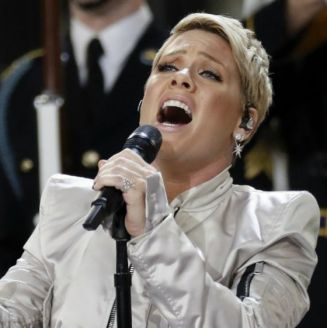 Pink interpreta el himno de los Estados Unidos en el Super Bowl LII