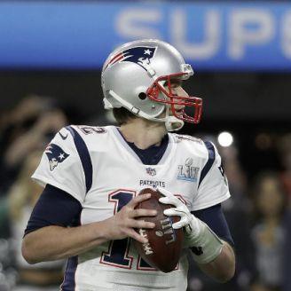 Tom Brady al momento de lanzar un pase