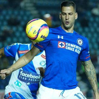 Edgar Méndez domina el esférico durante el encuentro contra Puebla