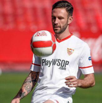 Miguel Layún domina el esférico en un entrenamiento con Sevilla