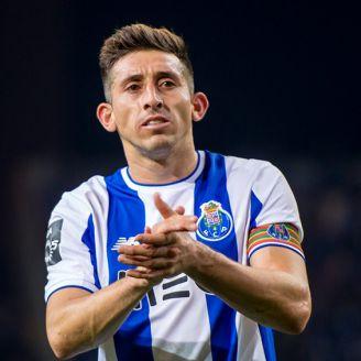 Héctor Herrera aplaude al final de un duelo con el Porto
