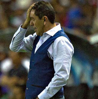 Patiño se lamenta durante la goleada sufrida contra León