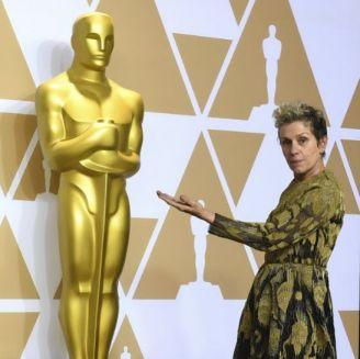 Frances McDormand posa junta una estatua del Oscar