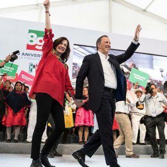 Meade saluda en un evento de su campaña