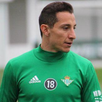 Andrés Guardado, durante un entrenamiento con Real Betis