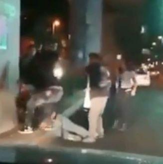 Momento en que los jóvenes golpean a un hombre en Tláhuac