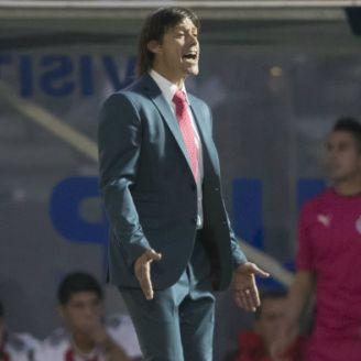 Almeyda da indicaciones durante el juego de Chivas contra Lobos