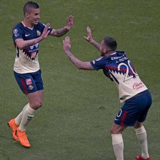 Uribe festeja su anotación con Jérémy Ménez