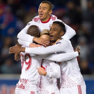 Jugadores de Red Bull New York festejan un gol