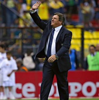 Miguel Herrera saluda a la afición americanista
