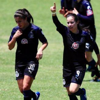 Viramontes festeja su gol contra Atlas en el Clásico Tapatío Femenil