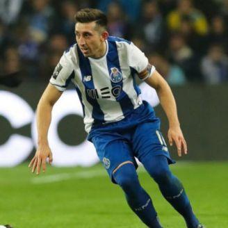 Héctor Herrera disputa un balón en el juego contra Boavista