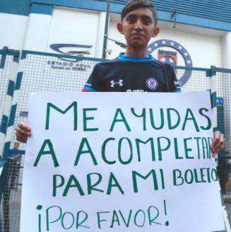 Diego pide ayuda para pagar su boleto para el juego en el Azul