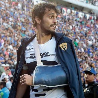Arribas abandona el Estadio Azul con el brazo inmobilizado