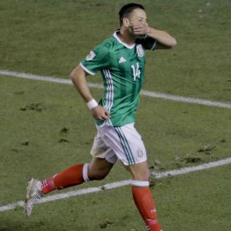 Chicharito celebra gol contra Trinidad y Tobago
