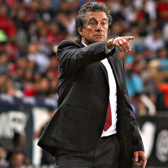 Ruben Omar Romano da indicaciones a sus jugadores