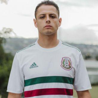 Chicharito luce el nuevo jersey del Tri