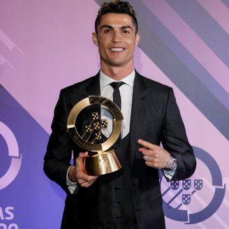 Cristiano sostiene el premio en Portugal
