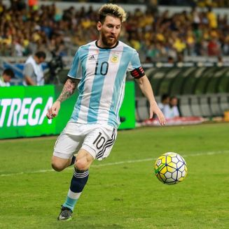 Messi conduce el balón en juego contra Brasil