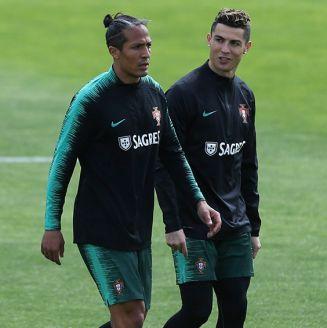 Cristiano camina junto a Bruno Alves