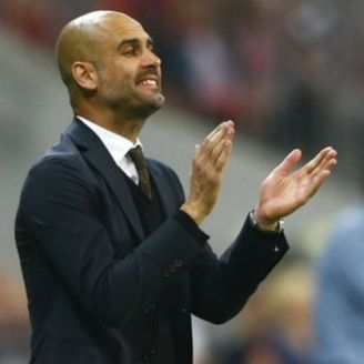 Guardiola aplaude durante juego del Man City