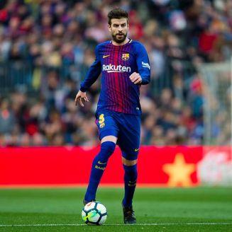 Gerard Piqué conduce el balón en juego del Barcelona