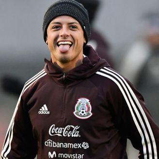 Chicharito se muestra feliz durante una sesión con el Tri