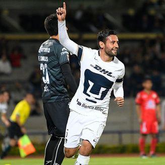 Alan Mendoza celebra un gol con Pumas