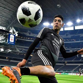 Álvarez domina el balón en un entrenamiento del Tri