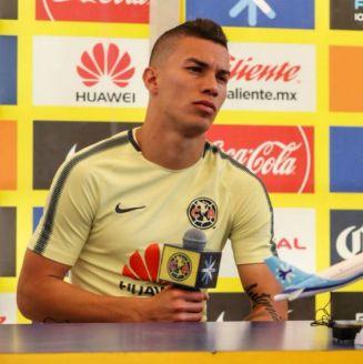 Mateus Uribe y Carlos Vargas, en conferencia de prensa en Coapa