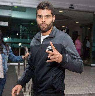 Néstor Araujo durante su salida del hospital