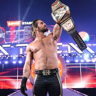 Seth Rollins levanta el título WWE Mundial Pesado