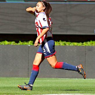 Kristal Soto de Chivas femenil festeja gol contra León